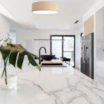 klasyczny-plafon-suditowy-do-kuchni-lampa-do-salonu