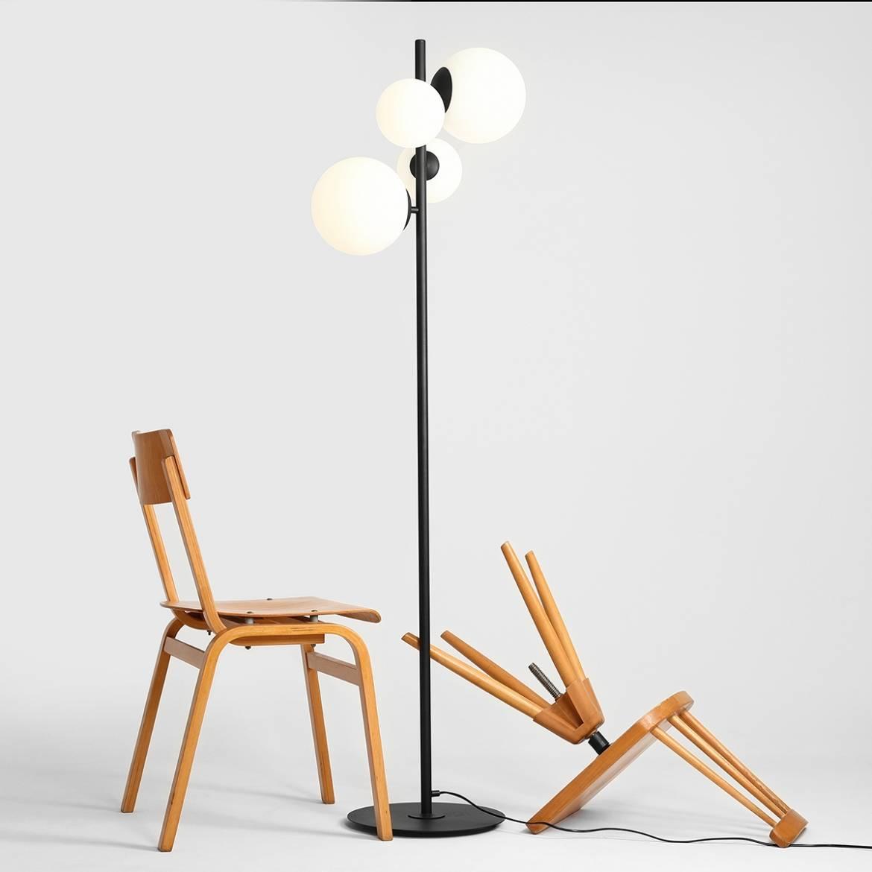 czarna-lampa-podlogowa-lampy-stojace-nowoczesne-do-salonu