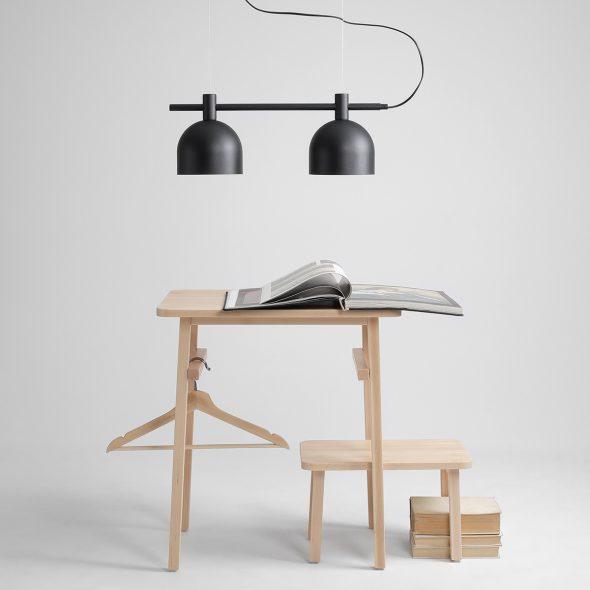 czarna-metalowa-lampa-kuchenna-zamocowana-na-metalowych-linkach-nowoczesna-lampa-kuchenna