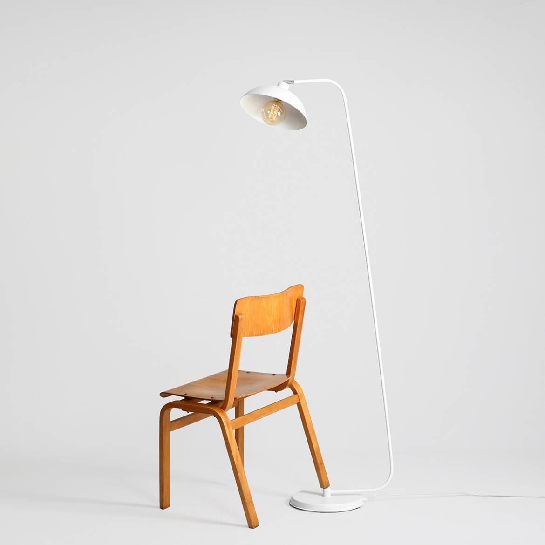 biala-lampa-podlogowa-w-nowoczesnym-stylu-industrialna-lampa-stojaca