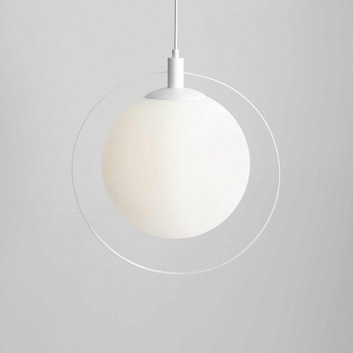bial-lampa-wiszaca-z-okraglym-duzym-kloszem-do-sypialni
