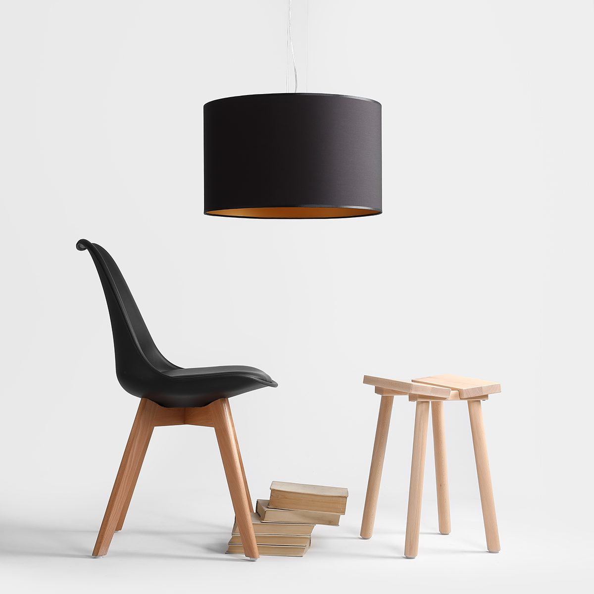 czarna-lampa-wiszaca-z-abazurem