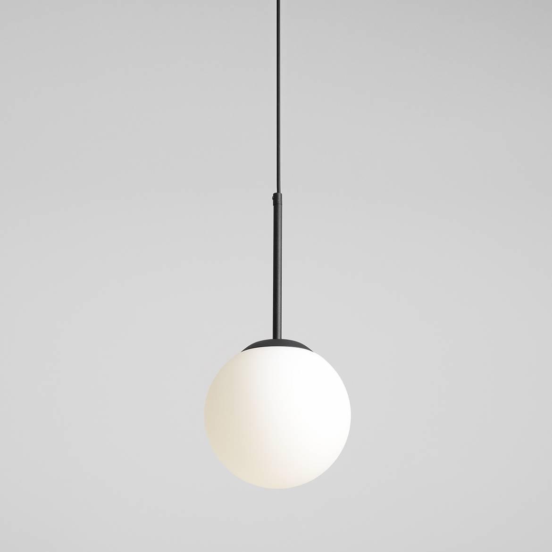 czarna-lampa-wiszaca-z-bialym-kloszem