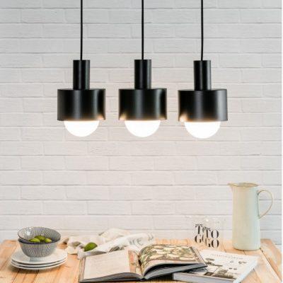 nowoczesne-lampy-wiszace-nad-wyspe-kuchenna-w-kolorze-czarnym