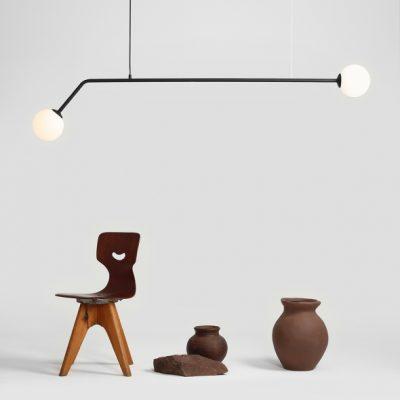 czarna-lampa-wiszaca-do-nowoczesnych-wnetrz-idealna-do-prostych-wnetrz