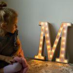 litera-m-podswietlana-fioletowa-litera-stojaca-literki-led