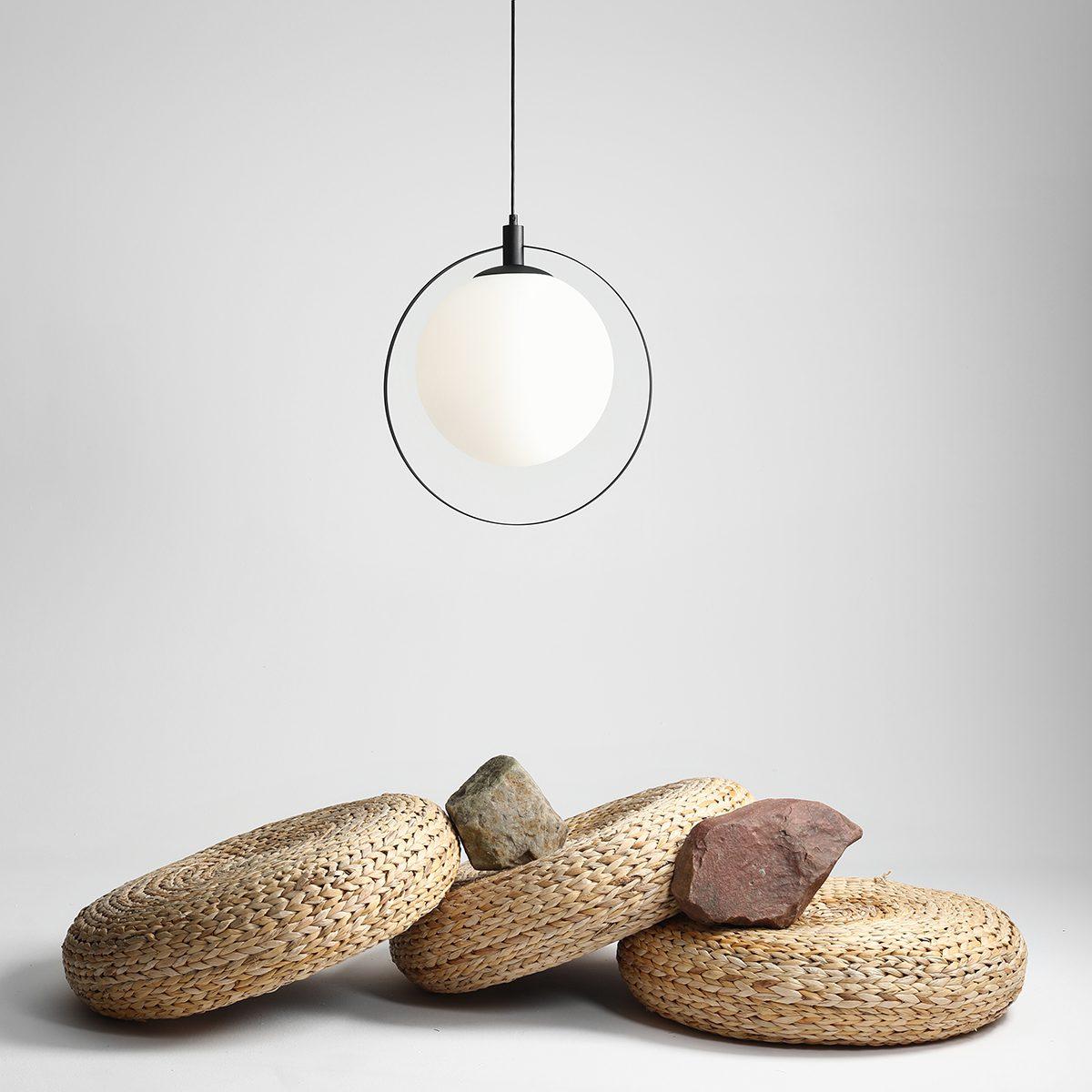 lekka-wiszaca-lampa-scienna-do-salonu-lampa-z-duzym-okraglym-kloszem-zklep-internetowy-z-wyposazeniem-wnetrz-ryssa-sklep-internetowy-z-oswietleniem