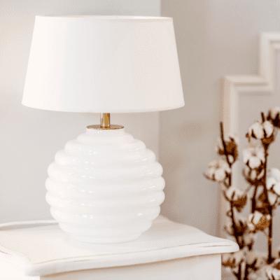 biala-lampa-szklana-lampka-na-stolik-nocny-ze-szkla