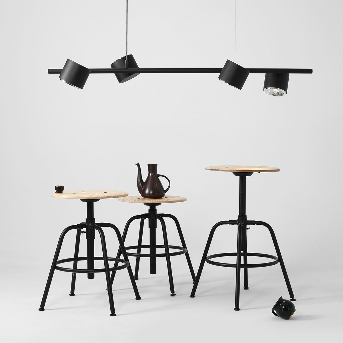 duza-prosta-lampa-wiszaca-z-czterema-reflektorami-sklep-internetowy-z-wyposazeniem-wnetrz-ryssa