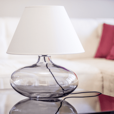 szklana-lampka-nocna-na-stolik-modne-lampy-stolowe