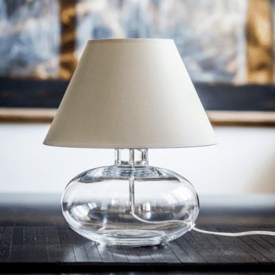 lampka-nocna-z-transparentna-podstawa-nowoczesne-lampki-stolowe-stylowe-oswietlenie-do-pokoju
